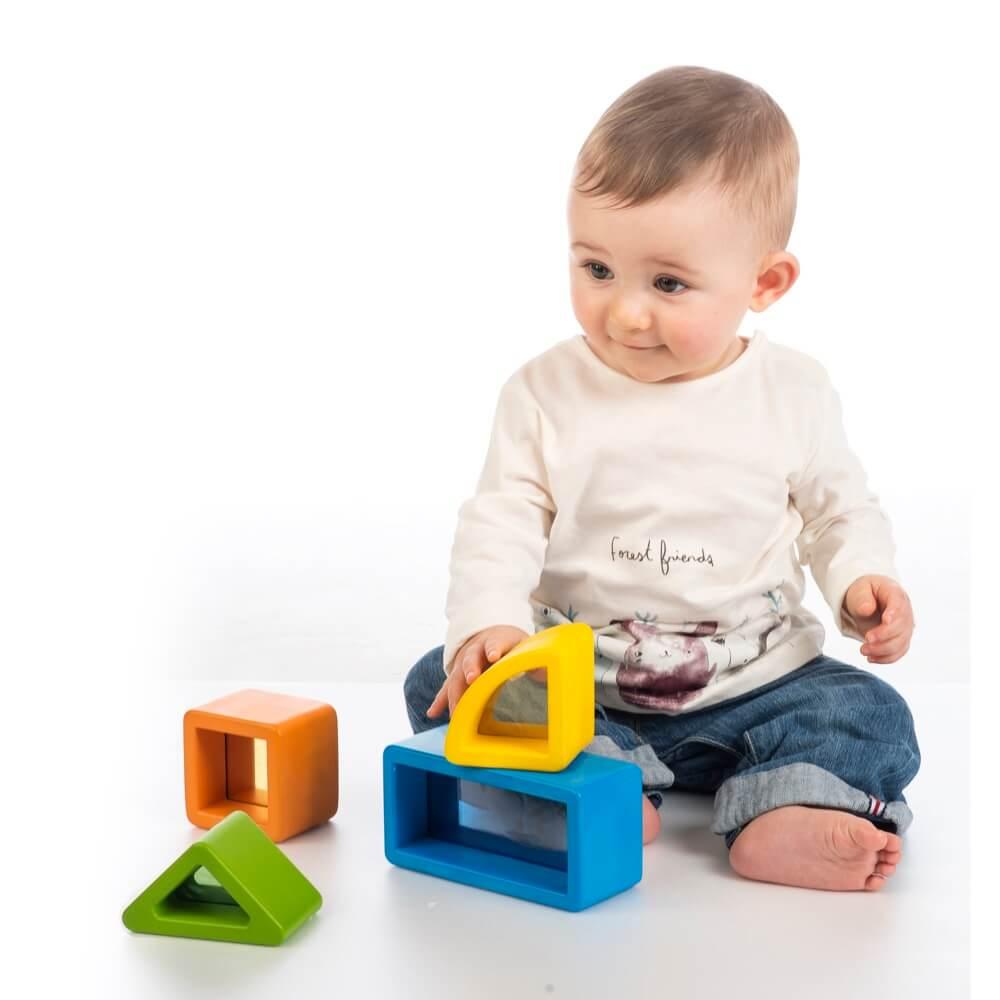 niño jugando con piezas color vision